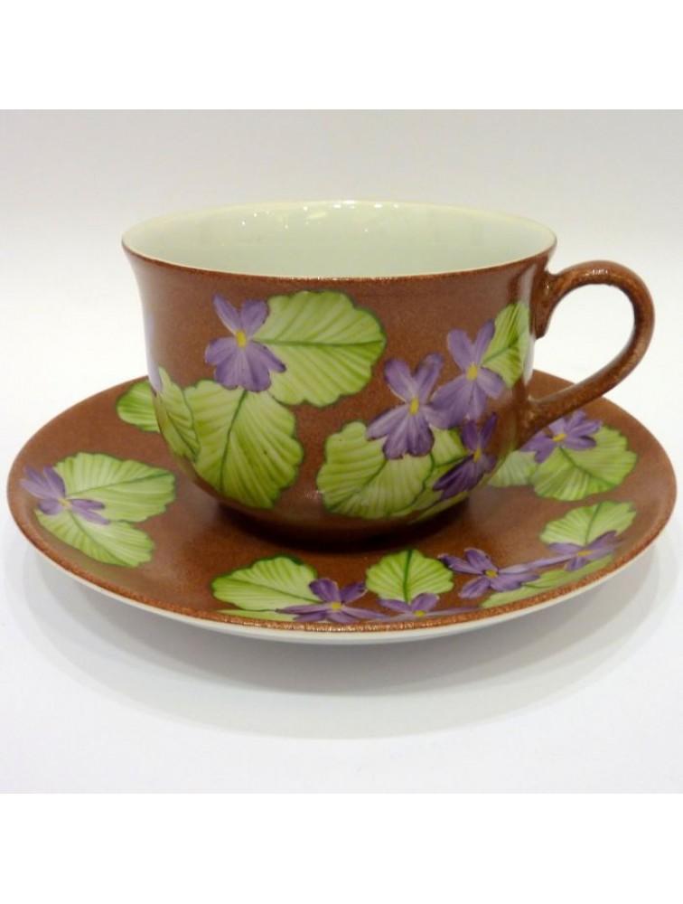 Brązowa porcelanowa filiżanka do herbaty w fiołki