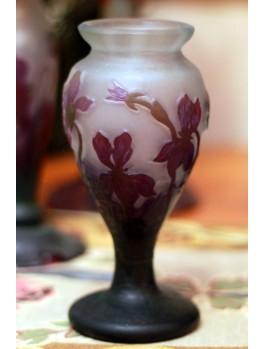 Wazon z irysami- szkło typu Galle